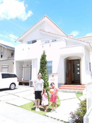 白を基調とした南欧風の外観が印象的な家です