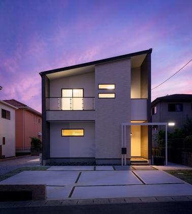 白×ダークブラウンのすっきりした外観。照明が灯る夕景も綺麗です。