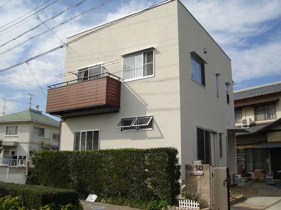白い塗壁の四角い家