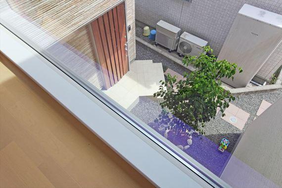 2階廊下に設けた窓からは玄関前の植栽が眺められ、光と安らぎを与えてくれます。