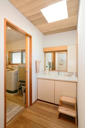 朝晩の混雑を考え、洗面台は1階と2階に設置。誰かがお風呂に入っていても気兼ねなく使えるように1階は脱衣室から独立させてゆったりとしたコーナーに。