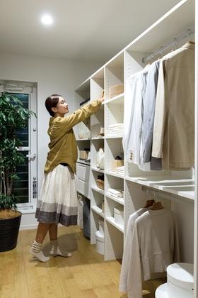 寝室に設けた大容量のウォークインクローゼット。増えてしまう衣類もまとめて収納。