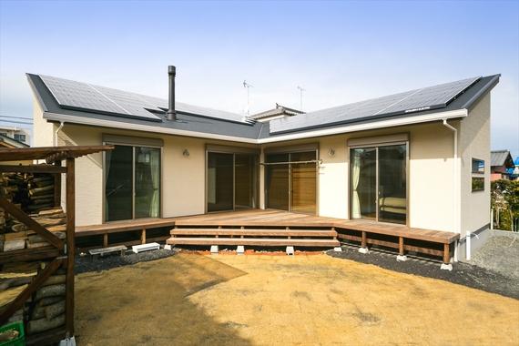 庭を囲むL型の設計は陽当り・風通しに優れ、周囲からの視線を気にせずゆったりとくつろげる。