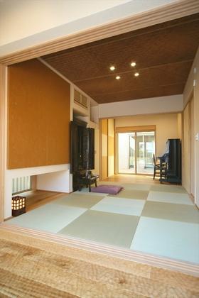 客間となる和室は琉球畳や網代天井、デコボコした質感が素足に心地よいスプーンカットの広縁などこだわりの仕様に。