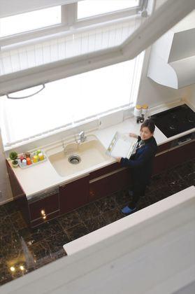 2階のファミリースペースカウンター前から、1階のキッチンにいるママと空間がつながる3次元設計