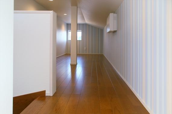 階段で安全に上がれる大容量の小屋裏収納は、多目的に使用できます。