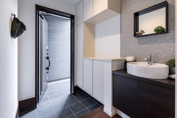 玄関横の手洗いカウンターは、帰宅時やお庭の手入れをしたい時にも便利。