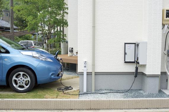 屋外EV充電用コンセント:自宅でクルマに充電できるの?だったら電気自動車にしようかしら?