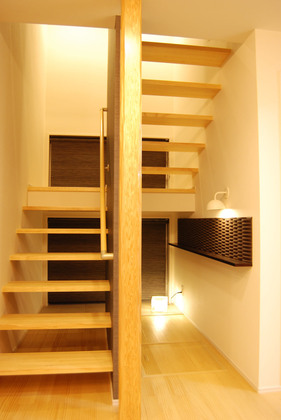 階段もデザインすることで光と風の通り道に