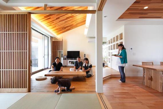 素材、高さに変化をつけた空間づくりをしています。