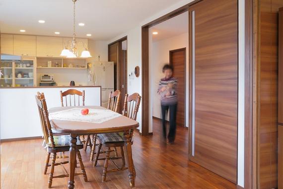 大きなウォールがポイントの外観。垣根や樹木は以前の家のものを活かし、家族の思い出も新居に受け継いでいます。