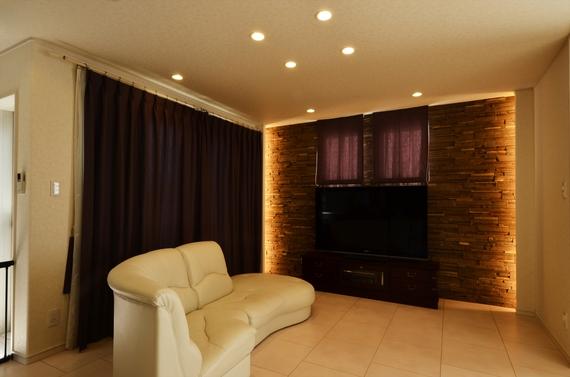 大理石調のフロアと石材の陰影が美しいデザインウォールとのコンビネーションがスタイリッシュなリビング。