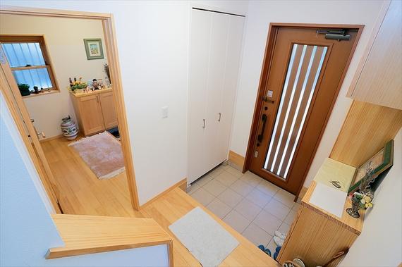 隣通し並んだ玄関ドア。1階と2階で居住スペースを分け、室内の異動はお互いのプライバシー思いやり、施錠付きドアとしました。