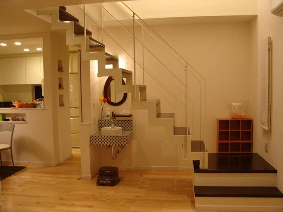サンダーデザインの鉄骨階段がアクセントに