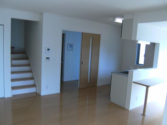カウンター付対面キッチン、リビングから上がる階段。一戸建てと何ら変わりありません
