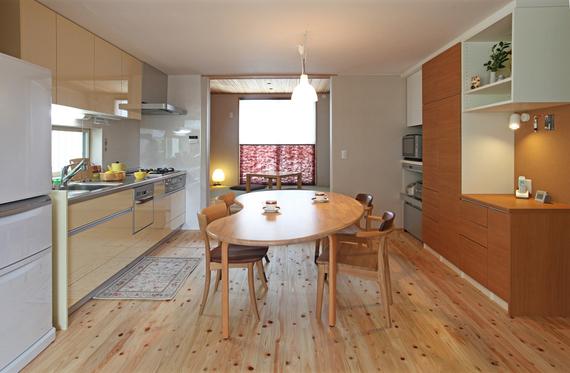 対面キッチンにこだわらずオープンキッチンとした事が、夫婦2人暮らしには正解でした。