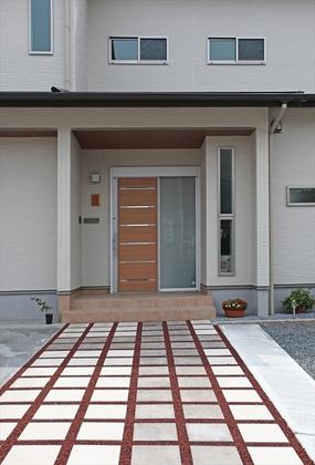 まっすぐに伸びた玄関アプローチが印象的。