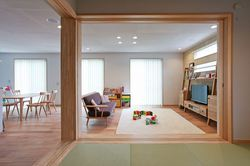 小上がりの和室は間仕切る事もできる多機能な空間。 お子様が遊んだりお昼寝したり、小上がりの段差に腰を掛けて おしゃべりしたり…。広々とした空間のアクセントにもなっています。