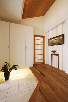 木目と白で調和のとれた玄関はまるでリゾート地のホテルを訪れたよう