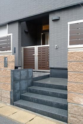 重厚感漂う玄関ポーチ。フェンスと門扉を同デザインで統一しました。