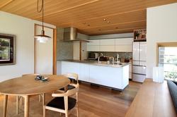 北欧インテリアとも好相性なスタイリッシュなキッチン。和の中に北欧家具がモダンに映えます。