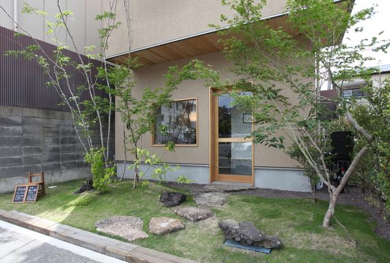建築とのバランスを重視して計画した植栽。住宅地の小さな森として、心休まる癒しの空間です。