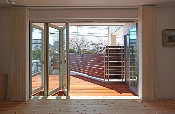 大開口のフルオープンサッシを開ければ、オープンカフェのよう。桜や緑を楽しめる家族の特等席です。