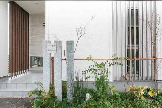 縦のラインを活かしたシャープなエクステリアは、季節の草花を植えて優しさもプラス。