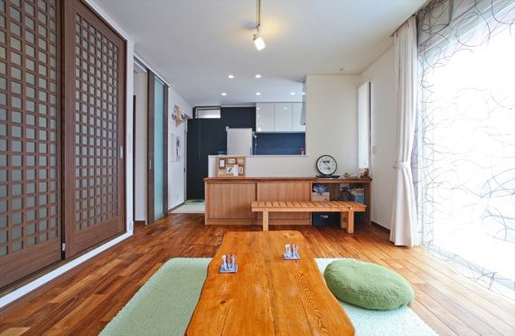 和室は建具で間仕切ると個室として利用可能。建具の格子の装飾がアクセントに。