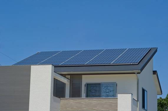 Wソーラー:太陽光発電で電気を作り、太陽熱温水システムでお湯を作るエネルギーを節約。