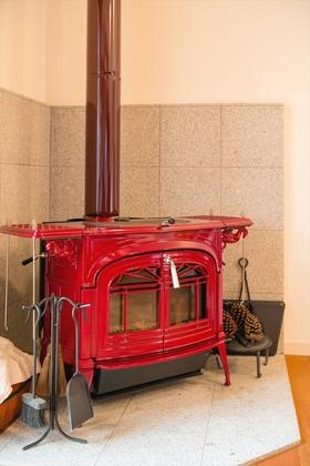 ご主人一目惚れのバーモントキャスティングの薪ストーブ。部屋を暖めながらストーブクッキングも楽しめる。