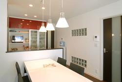 キッチン収納の赤い扉が空間のアクセントとなっています。