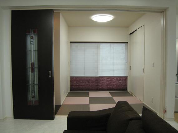 個性的な畳を使った和室にオーダーして作ったオンリーワンの建具