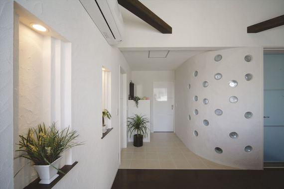 2階のホールは円形のガラスブロックでアクセント