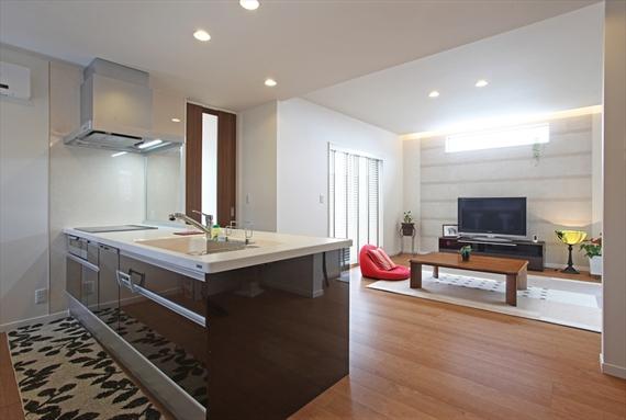 リビングを見渡すキッチン。キッチンとリビングの天井の高さに変化を付けて空間にアクセントをもたらしました。