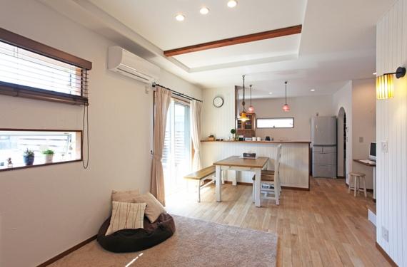 家具から小物のセンスまでLDKはスタイルを視覚的統一されて、とても広く感じます。