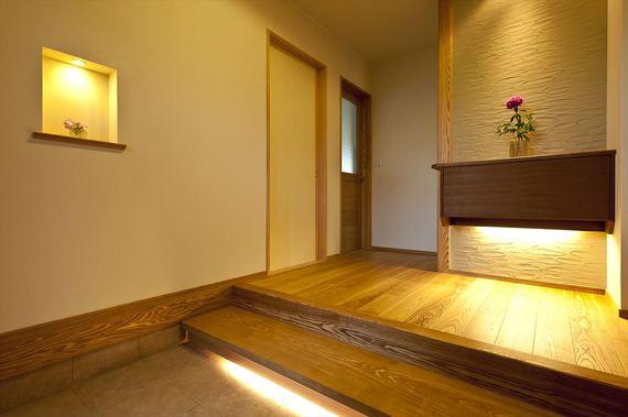 玄関正面の飾り棚はお客様へのおもてなしを演出する為、裏側から出し入れするスリッパ収納となっております。