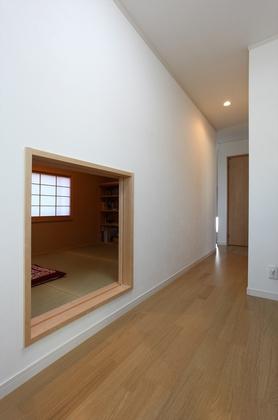 2階廊下の小さな入口は、茶室をイメージしたご主人こだわりの書斎です。