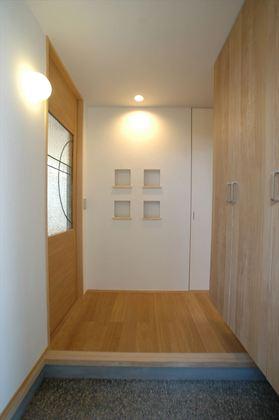 リビング入口の引き戸は住宅のイメージに合わせて設計士がオリジナルでにデザインしました。