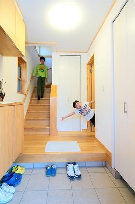 息子さん世帯の玄関ホール。階段で子世帯のお住まいへ。向かって右側にある「施錠付ドア」をくぐれば親世帯のお住まいへ。