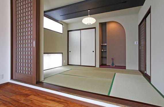 LDKと一間続きの和室は、塗り壁・間接照明で装飾した床の間や部分的に下げた天井が視覚を楽しませてくれます。