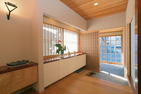 二重の引き戸で構成された玄関スペースは機密性が高く、建具の美しさが存分に堪能できます。瀟洒な格子戸はお父様のお気に入り。