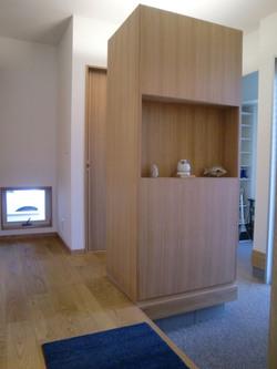 家族とお客様の動線を造り付けの家具で分けました