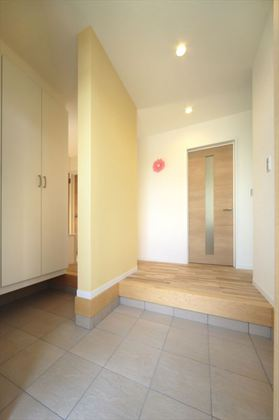 間仕切り壁で家族用と来客用の動線を分ける事ができるので、玄関はすっきり。