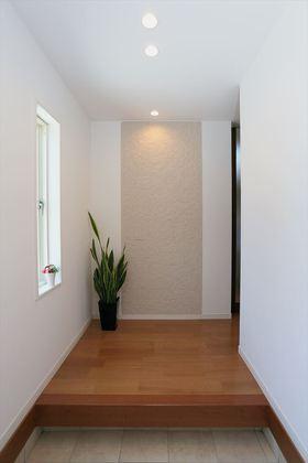 玄関のアクセントは、調湿機能をもつエコカラットのタイル。小窓やダウンライトとのバランスも絶妙です。