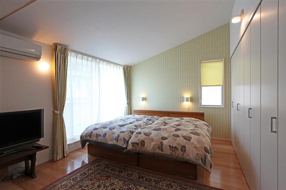 他の部屋とは趣を変え、寝室は勾配天井としました。