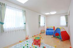 思い切り遊べる子供部屋は将来間仕切る事を想定して設計。 建物の北側でもトップライトから光が差し込むのでとても明るいです。