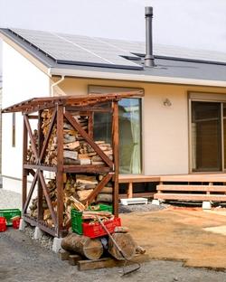 庭の薪小屋はガーデンオブジェのよう。薪割りもライフワークのひとつに。