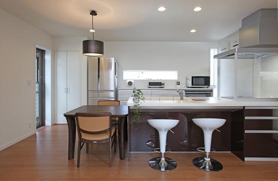 キッチンとダイニングは横並びでコンパクトに。統一感のあるインテリアが上品な印象を与えます。