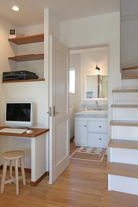 リビングイン階段の横は洗面スペースへの入り口です。モザイクタイルを使って家具屋さんと協力しながらオンリーワンの化粧台を設置しました。